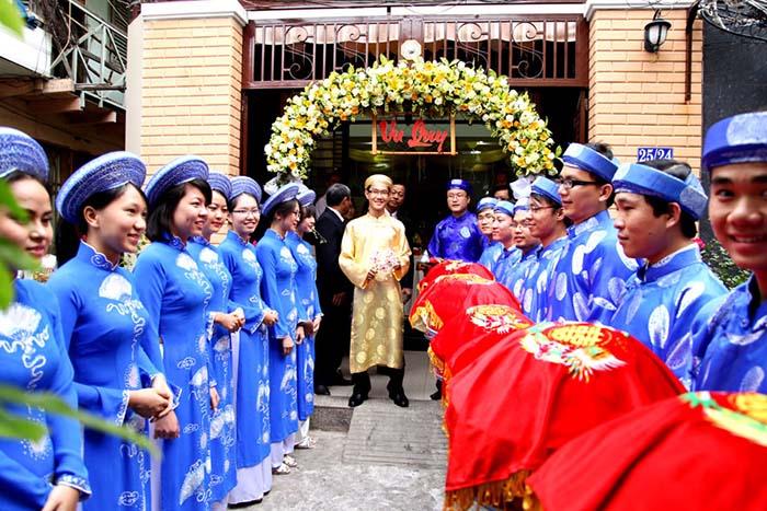 Cảnh trao lễ vật giữa hai gia đình