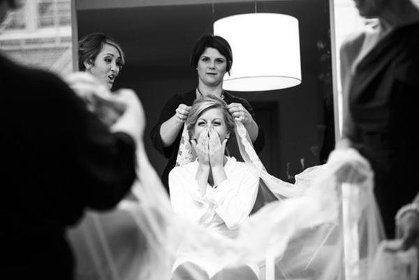 Khoảnh khắc lần đầu tiên cô dâu thấy mình trong gương