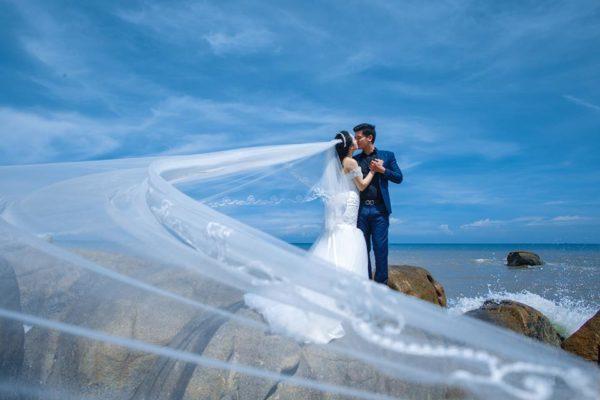 Biển lộng gió rất phù hợp để tạo những shoot hình voan lụa hoặc váy bay phấp phới