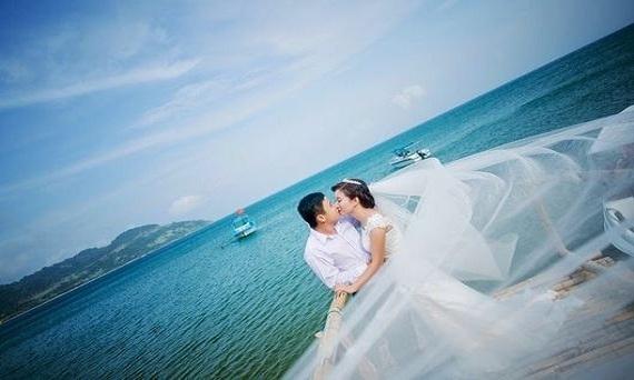 tư thế hôn lãng mạn tại biển