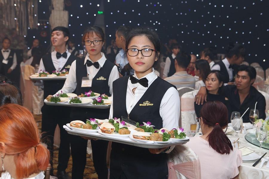 Bạn cũng nên cân nhắc về tiêu chí phong cách phục vụ của nhân viên tại nhà hàng tiệc cưới